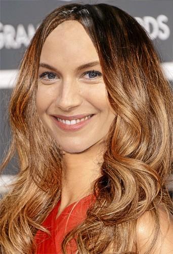 Les ondulations tie & dye sur Sienna Miller, pourquoi pas !