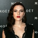 Star brune : les cheveux noirs de Scarlett Johansson