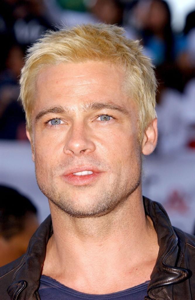 Coiffure de Brad Pitt : des cheveux courts blond décoloré en 2005