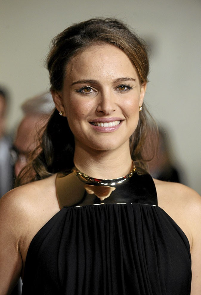Coiffure de star : la demi-queue de cheval glamour de Natalie Portman en 2010