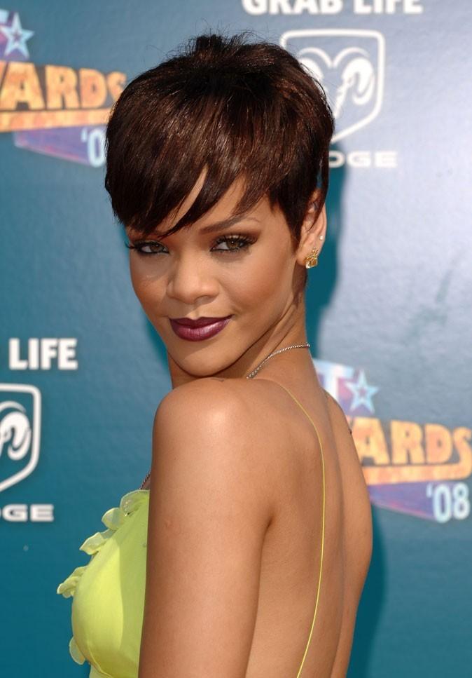 Coiffure de star : la coloration chocolat sur cheveux courts de Rihanna en 2008