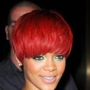 Coiffure de star : la coupe au bol sur cheveux rouges de Rihanna en 2010