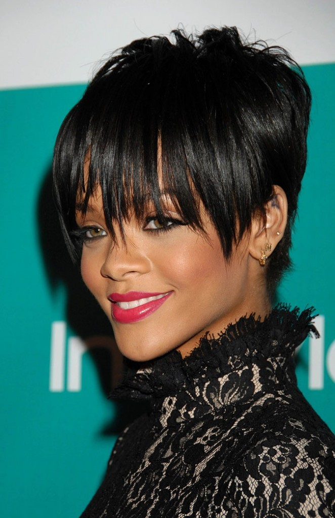 coiffure de star la coupe de cheveux courte de rihanna en 2008. Black Bedroom Furniture Sets. Home Design Ideas