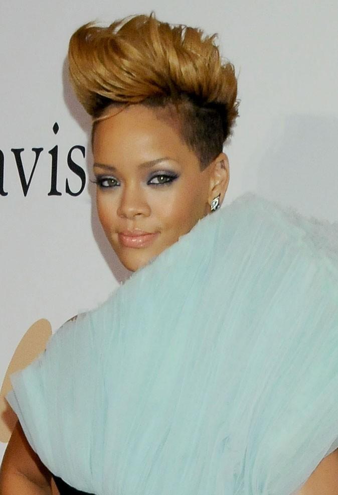 Coiffure de star : la coupe iroquoise sur cheveux blonds de Rihanna en 2010