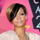 Coiffure de star : la frange mèche bicolore de Rihanna en 2010