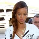 Coiffure de star : la tresse à deux brins chatain de Rihanna en mars 2013