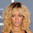 Coiffure de star : le carré blond californien et bouclé de Rihanna en février 2012