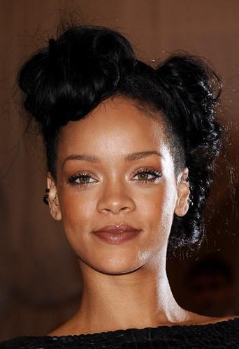 Coiffure de star : les macarons bruns de Rihanna en mai 2012
