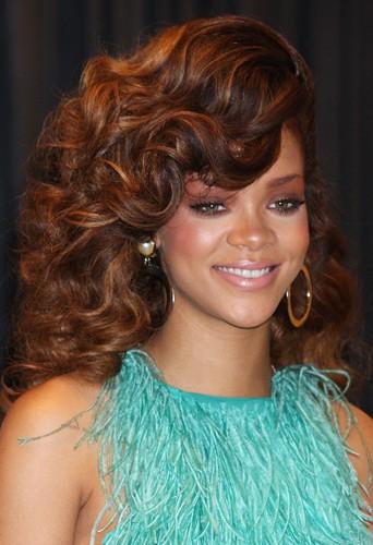 Coiffure de star : les ondulations auburn de Rihanna en août 2011