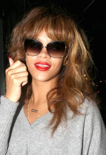 Coiffure de star : les ondulations chatains et la frange de Rihanna en septembre 2011