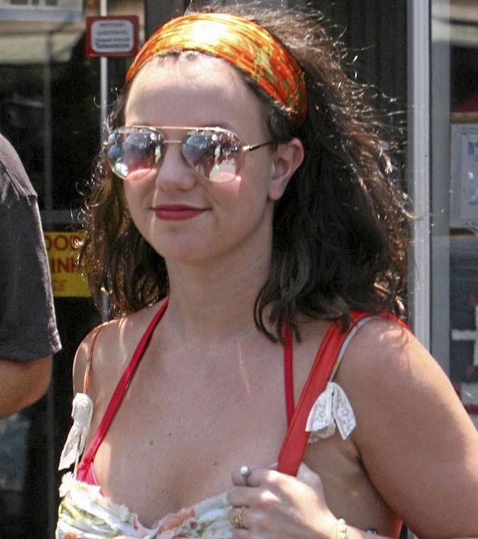 Coiffure de star : le bandeau sur cheveux bruns de Britney Spears en 2007