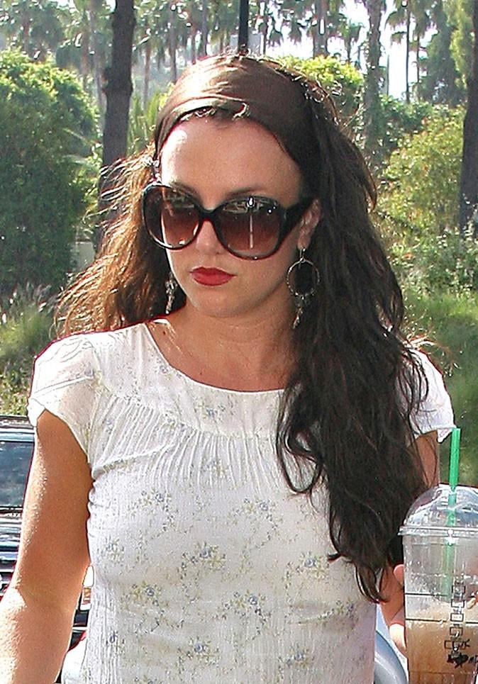 Coiffure de star : le bandeau sur cheveux longs bruns de Britney Spears en 2007