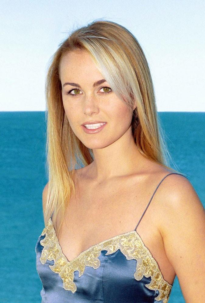 Coiffure de star : les cheveux blonds de Laeticia Hallyday en juillet 2000