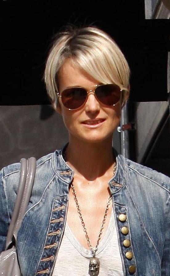 Coiffure de star : les cheveux courts lissés de Laeticia Hallyday en mai 2010