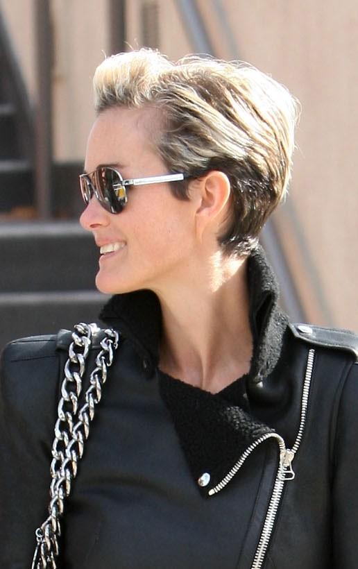 Coiffure de star : les cheveux courts relevés de Laeticia Hallyday en octobre 2010
