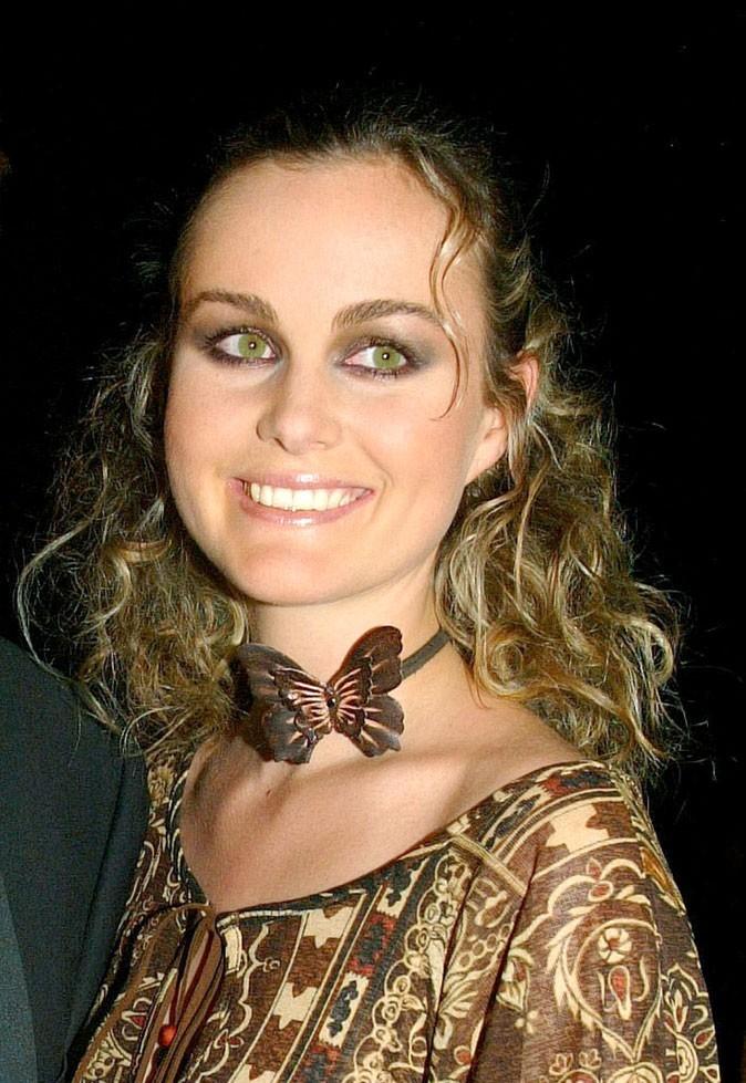 Coiffure de star : les cheveux wavy de Laeticia Hallyday en septembre 2002