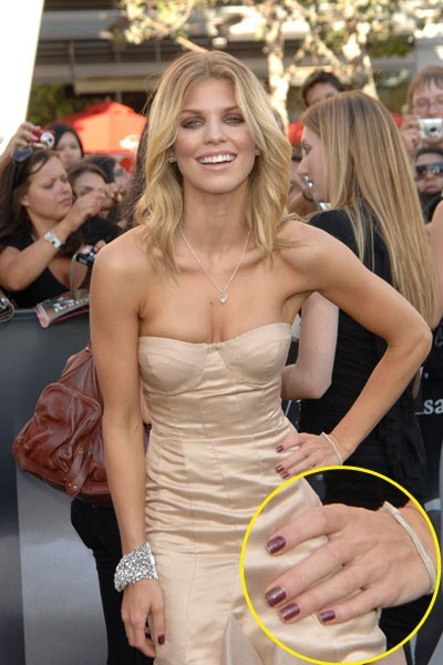 Maquillage de star : le vernis à ongles marron d'AnnaLynne McCord