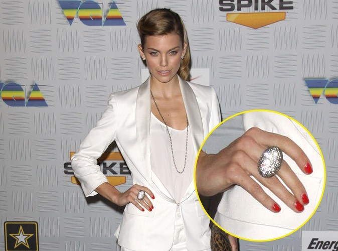 Maquillage de star : le vernis à ongles rouge pop d'AnnaLynne McCord