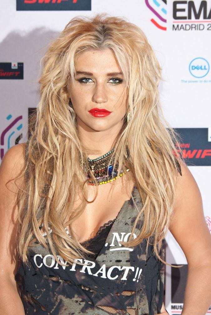 Coiffure de star : les cheveux blonds tendance wild de Kesha