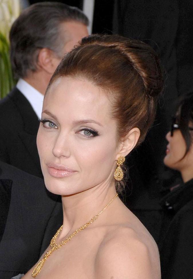 Angelina Jolie : un chignon sur cheveux roux en 2007