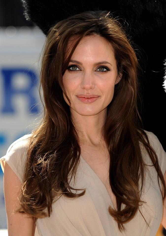 Angelina Jolie : une coiffure glamour sur cheveux longs en 2011