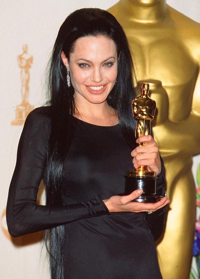 Angelina Jolie : une coiffure lisse sur cheveux noirs en 2000