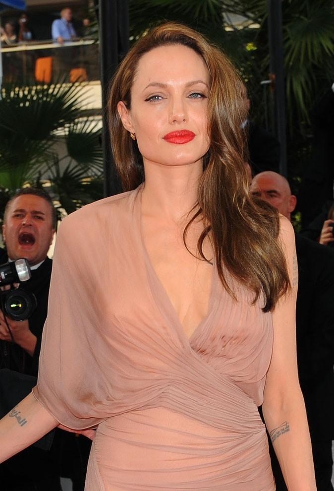 Angelina Jolie : une coiffure raie sur le côté en 2009
