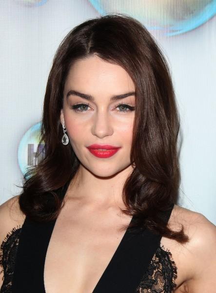 La bonne équation pour être une femme fatale selon Emilia Clarke ? Cheveux lâchés et rouge à lèvres rouge vif !