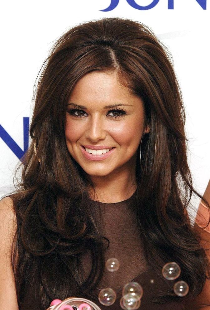 Coiffure de Cheryl Cole en avril 2007 : brushing gonflé sur longueurs chocolat