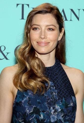 Comme Jessica Biel, choisissez-vous un bijou à mettre sur le côté de votre chevelure !