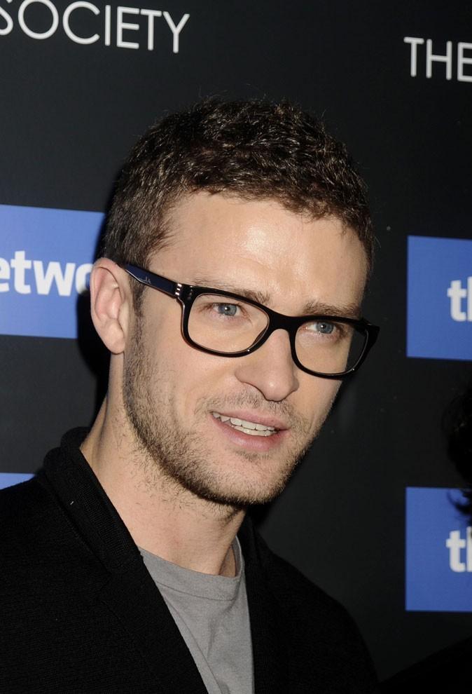 Coiffure de Justin Timberlake en 2010 : cheveux bouclés + barbe de trois jours + lunettes = The Social Network !