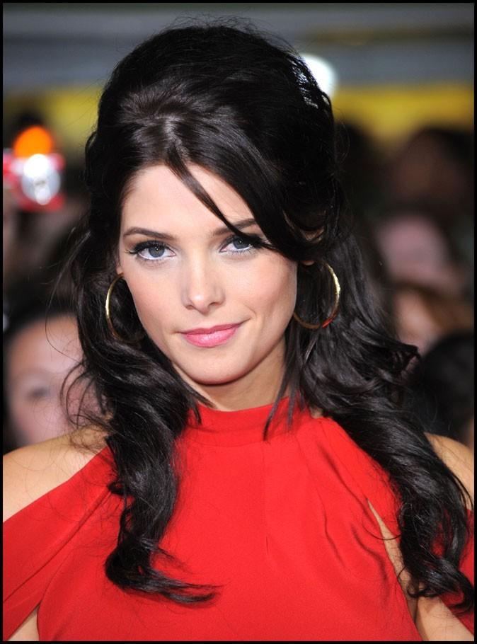 Coiffure d'Ashley Greene en novembre 2009 : elle joue la carte de la coupe retro à la Amy Winehouse!