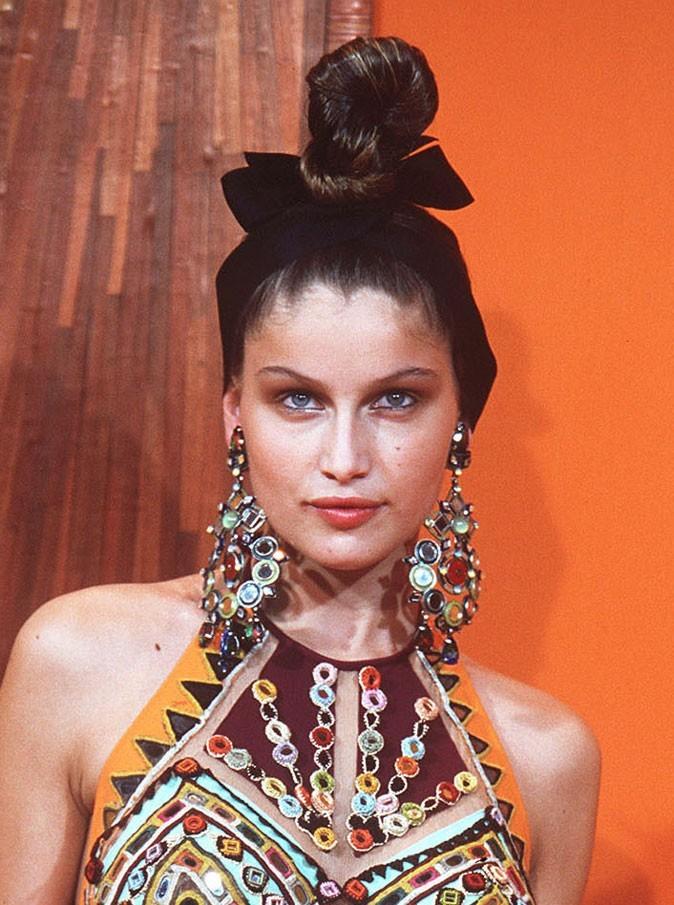 Coiffure de Laetitia Casta en 2000 : un chignon sophistiqué