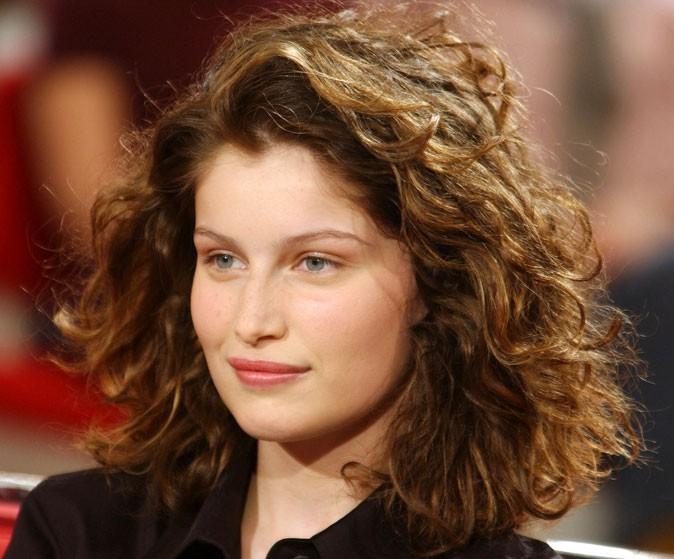 Coiffure de Laetitia Casta en 2002 : cheveux mi-longs wild