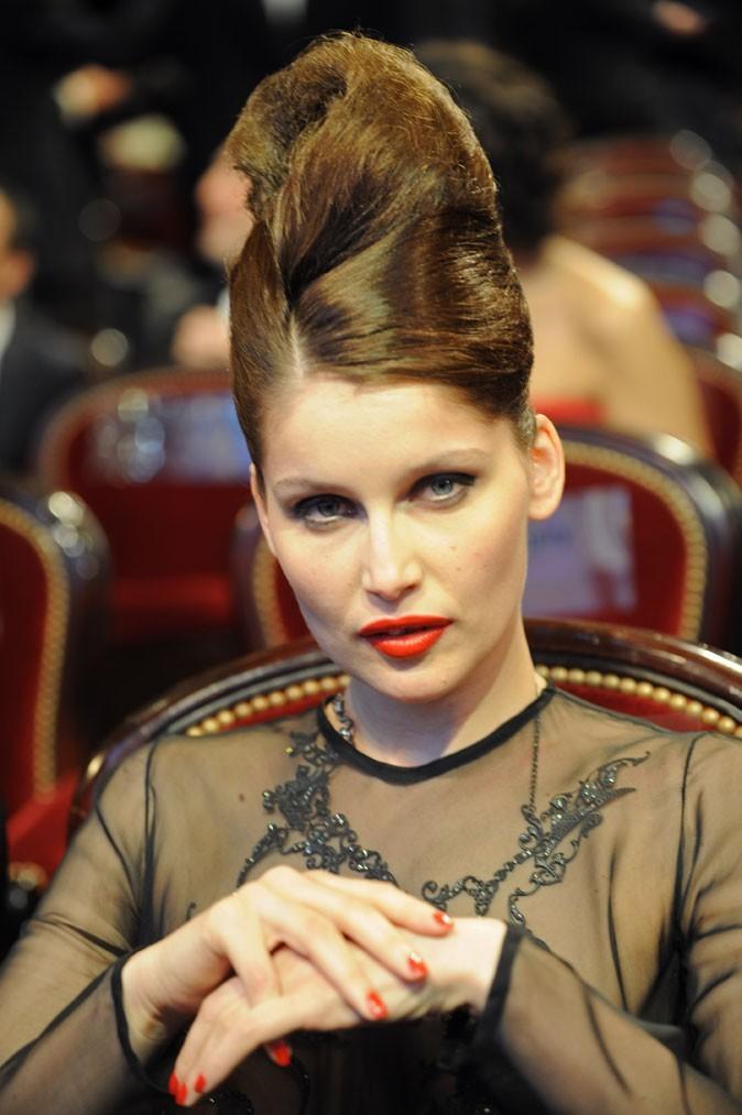 Coiffure de Laetitia Casta en 2010 : un chignon maxi coque pour les César