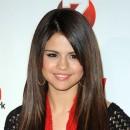 Coiffure de Selena Gomez en décembre 2010 : des cheveux longs lissés (merci les extensions !)