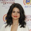 Coiffure de Selena Gomez en juillet 2010 : raie sur le côté et longueurs wavy