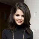 Coiffure de Selena Gomez en septembre 2010 : raie sur le côté et mèche sur le visage