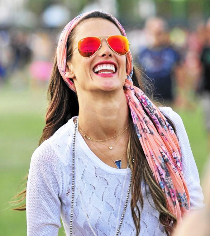 Alessandra Ambrosio :Avec son foulard hippie et ses Aviator miroir assorties, elle croque la vie à pleines dents!