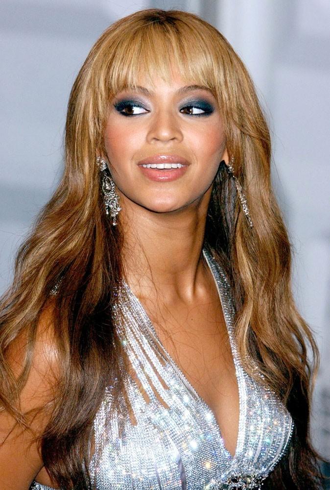 La frange de Beyoncé en Novembre 2003 !