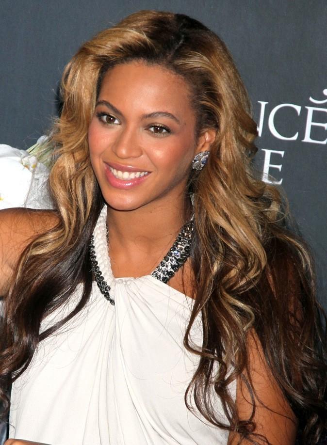 Beyoncé Knowles est tout de suite moins chic avec ses racines apparentes...