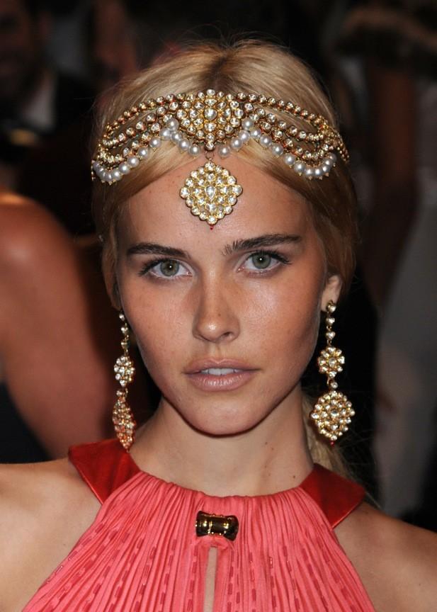 Isabel Lucas et son headband mille et une nuits