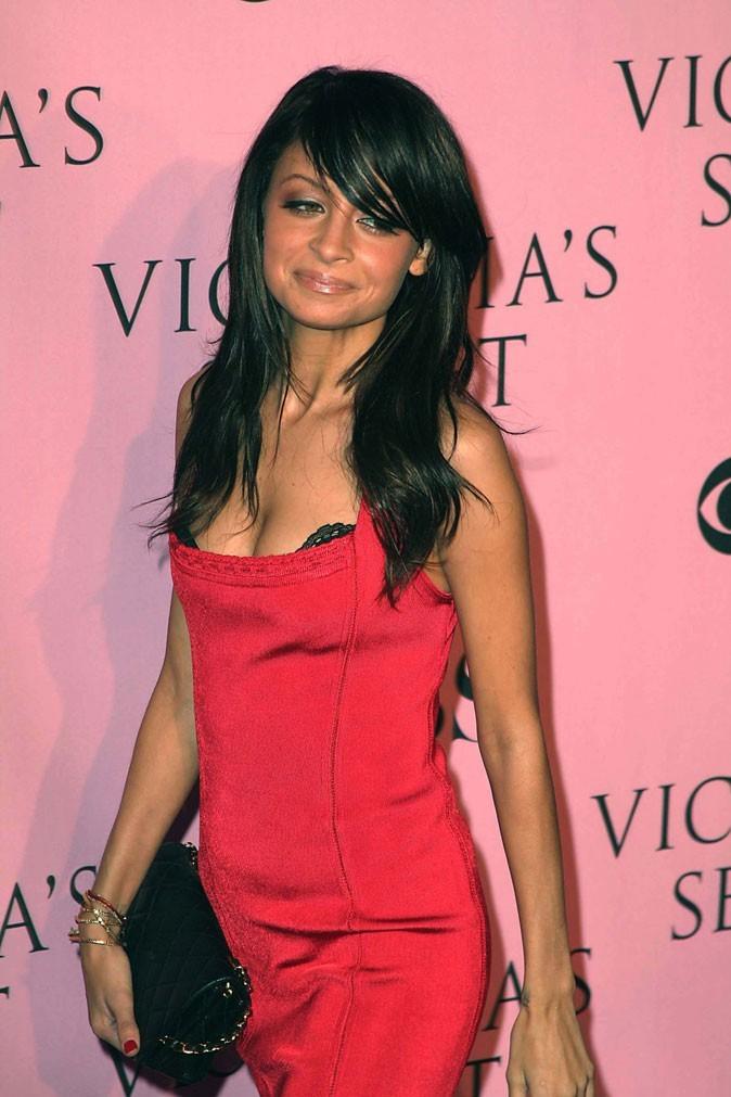 Les longs cheveux noir corbeau de Nicole Richie en Novembre 2006 !