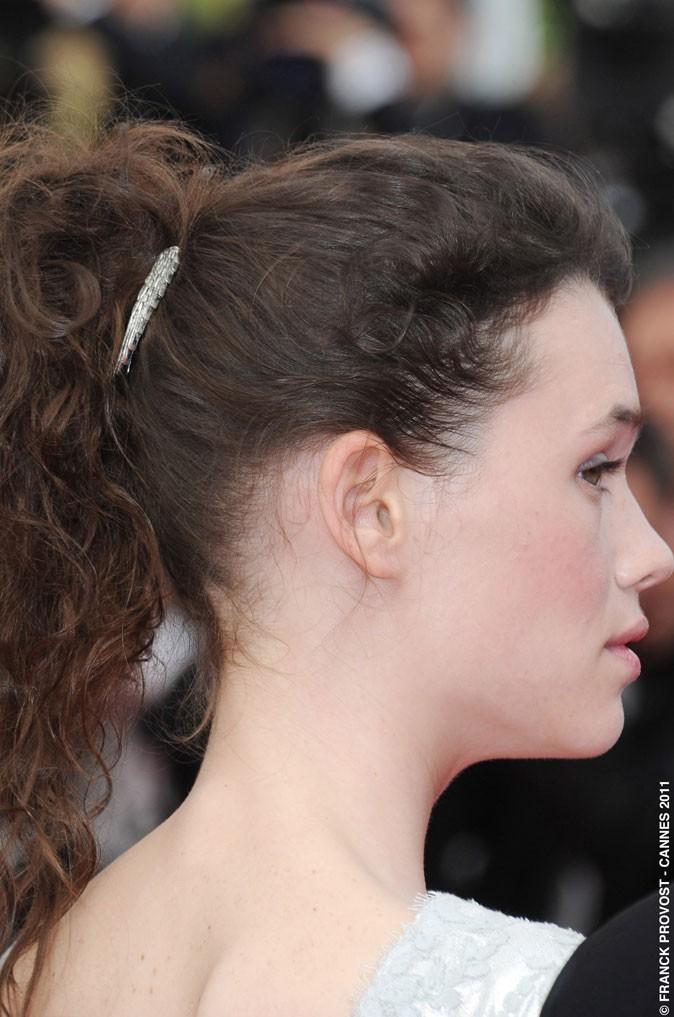 Coiffure de star au Festival de Cannes 2011 : la queue de cheval bouclée d'Astrid Bergès-Frisbey