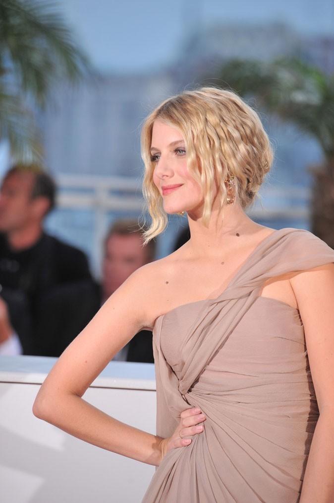 Coiffure de star au Festival de Cannes 2011 : le chignon bas sur cheveux ondulés de Mélanie Laurent