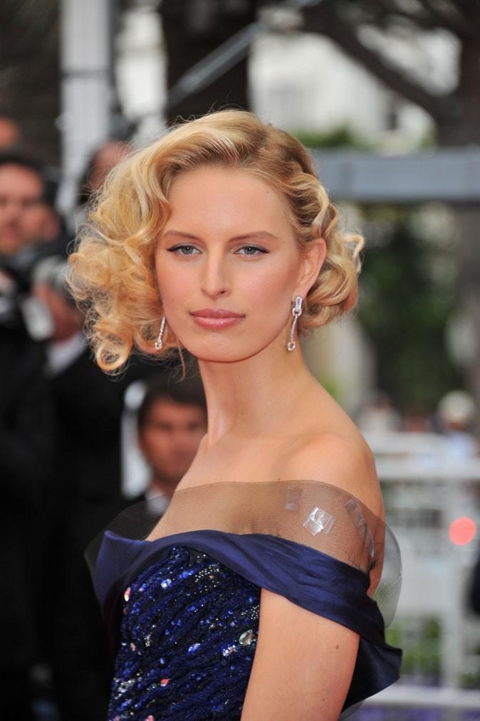 Coiffure de star au Festival de Cannes 2011 : le chignon sur cheveux bouclés de Karolina Kurkova