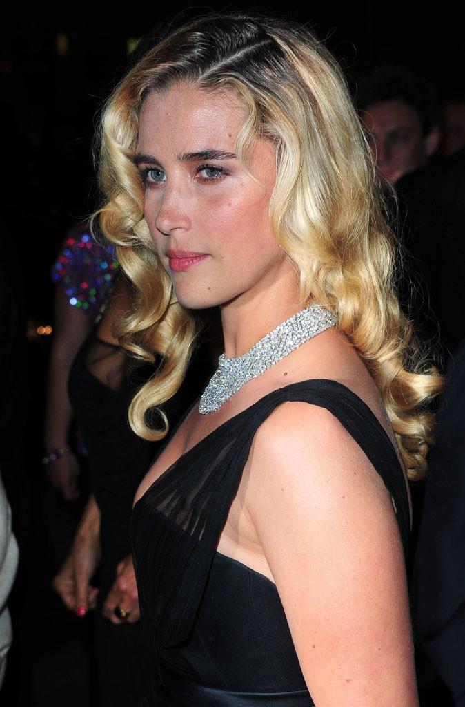 Coiffure de star au Festival de Cannes 2011 : les cheveux bouclés tendance rétro de Vahina Giocante