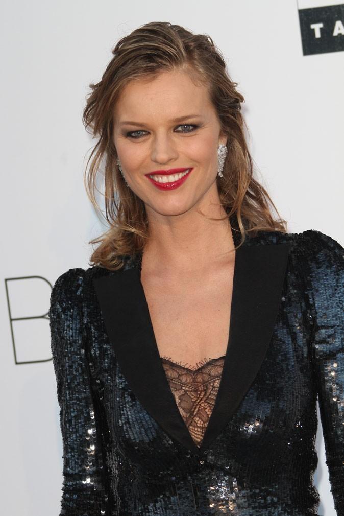 Maquillage de star au Festival de Cannes 2011 : le rouge à lèvres glamour d'Eva Herzigova