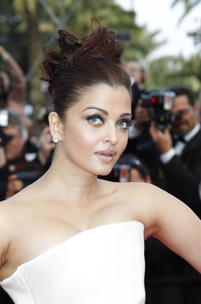 Maquillage de star au Festival de Cannes 2011 : le smoky eye doré/bleu d'Aishwraya Rai