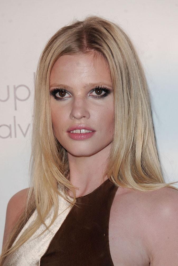 Maquillage de star au Festival de Cannes 2011 : le smoky eye gris/noir de Lara Stone